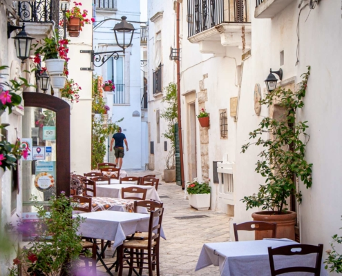 An outside restaurant in the white streets of Locorotondo Puglia