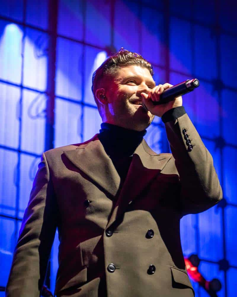 Daniel Merriweather performing with Mark Ronson at Edinburghs Hogmanay